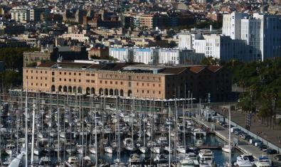 En primer terme el Palau de Mar, seu del Museu d'Història de Catalunya