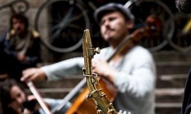 Imagen de dos músicos tocando en la calle