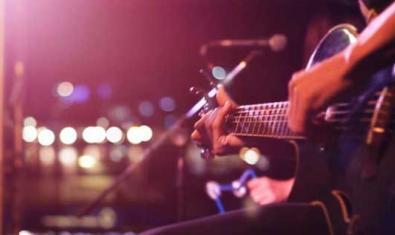 Mans tocant una guitarra