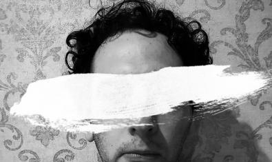El músico Guillem Gasulla retratado en un collage con una pincelada de pintura blanca tapándole los ojos