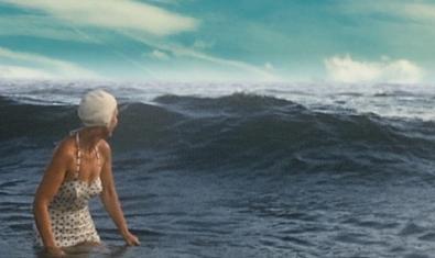 La protagonista del film retratada a la platja amb vestit de bany i una gorra de bany