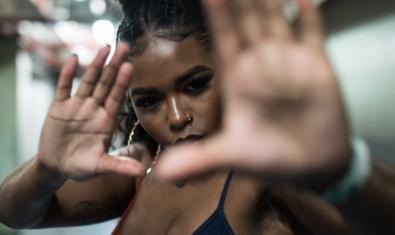 La rapera britànica retratada mostrant les palmes de la mà davant la càmera