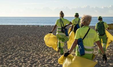 Personal del servei de neteja de Barcelona pel medi ambient arribant a la platja del Bogatell