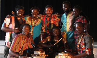 Retrato de los integrantes de este colectivo con sus instrumentos de percusión