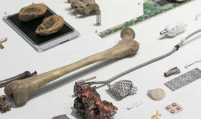 Una de las piezas de la exposición obra de Nicolás Lamas que muestra una serie de objetos entre ellos lo que parece un hueso humano
