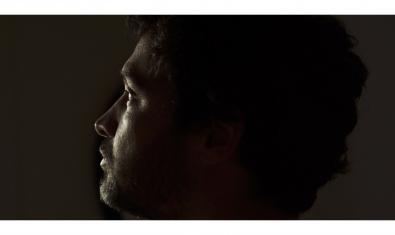 Retrato de primer plano del músico sobre un fondo negro