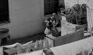 Una de les imatges de la fotògrafa mostra una dona fent la bugada en una casa de poble
