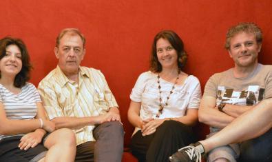 El equipo que ha llevado el texto a escena retratado sentado en un sofá de color rojo