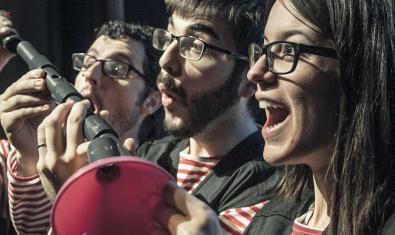 Los tres integrantes de la formación riendo mientras tocan sus extravagantes instrumentos