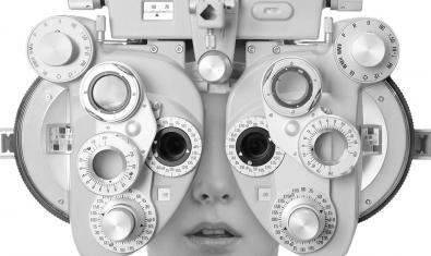 Un rostre humà cobert per un aparell mecànic per graduar la vista a la coberta de l'últim disc de la banda