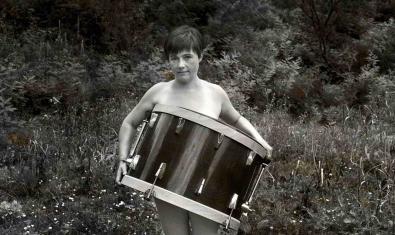 L'artista retratada al camp nua però tapada per un gran tambor