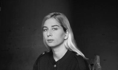 Retrato en blanco Y negro de la realizadora con el cabello largo y rubio y mirando a cámara