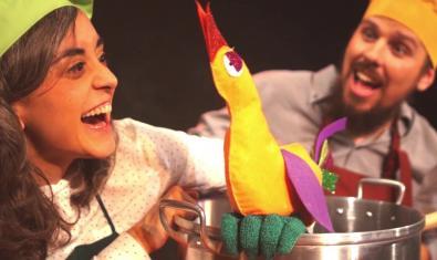 Fotografia de l'espectacle amb els dos actors a l'escenari amb una olla i un pollastre