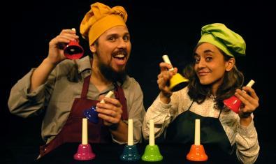 Els dos actors tocant campanes