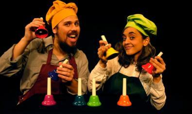 Els actors tocant campanes musicals
