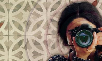 El retrato de una mujer sosteniendo una cámara de hacer fotos ante el rostro sirve de imagen para anunciar el ciclo