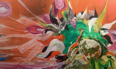 Las flores son el tema central de las pinturas expuestas