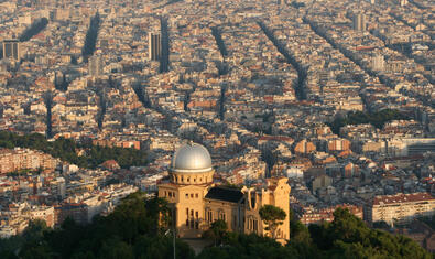 Imagen del Observatorio Fabra visto desde el Tibidabo, con Barcelona detrás