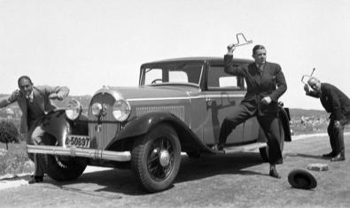 Fotografía de 1929 de Odette Cherbonnier de un grupo de personas alrededor de un coche