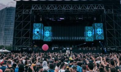 Imagen de un gran escenario montado en el Fòrum ante un público formado por miles de personas