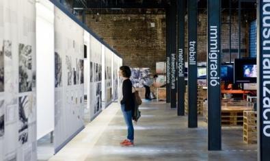 Una mujer visita una exposición en el interior del espacio patrimonial Oliva Artés