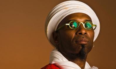 Retrato del músico cubano con gafas y un tocado blanco