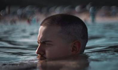 El baterista retratat traient el cap de dins de l'aigua