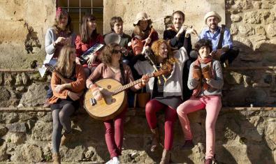 Retrat de grup dels integrants de la banda amb els seus instruments