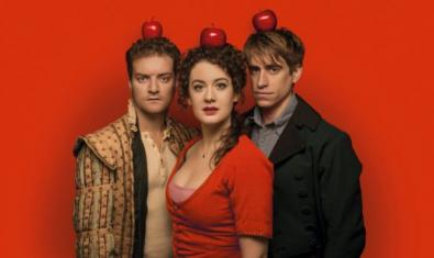 The three protagonists, a woman and two men, with an apple on their head looking at the camera.
