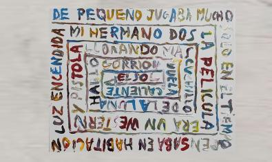 Una de las obras del artista muestra un texto que se va enroscando alrededor de un eje central