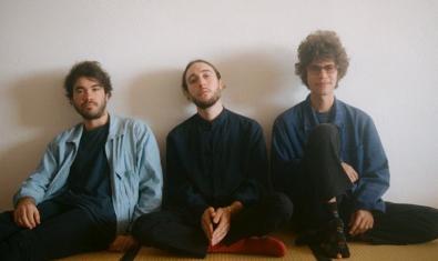 Els tres membre de la formació mallorquina retratats asseguts al terra
