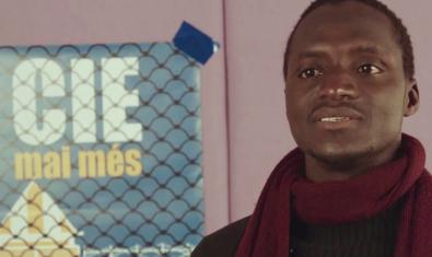 Imagen de un film documental sobre los centros de internamiento de extranjeros que puede consultarse en línea con un hombre hablando a cámara