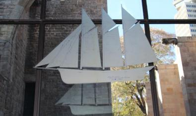 Una silueta del pailebote Santa Eulàlia pegada al vidrio del vestíbulo del Museu Marítim