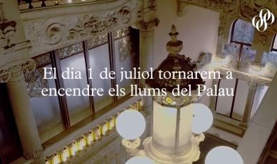 """Imagen del interior del edificio modernista con el lema """"Volveremos a encender las luces del Palau"""""""