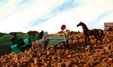Fotograma de la película, partido de ping pong y caballo