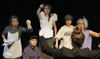 Los protagonistas de la función con el puño levantado durante la representación