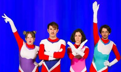 Los cuatro integrantes de la banda mallorquina vestidos con ropa de superhéroe de colores vivos