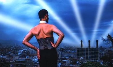 Retrat del protagonista vist d'esquenes i davant un paisatge que mostra el perfil del Paral·lel