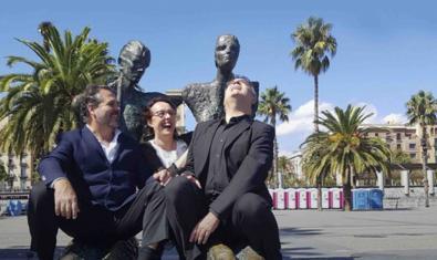 Los dos cantantes y el pianista que protagonizan el espectáculo retratados con una estatua detrás