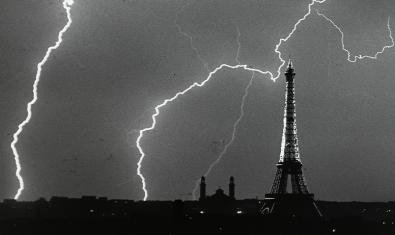 París durante una tormenta en 1925, una fotografía de André Kertész que está en la exposición
