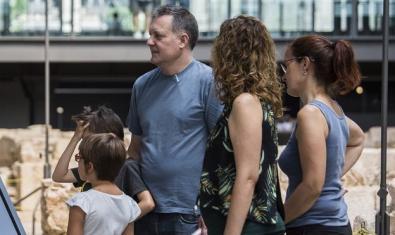 Familia en una visita guiada