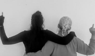 Una de les fotografies de l'exposició que ara podeu veure de manera virtual i que mostra dues dones d'esquenes agafades de les espatlles