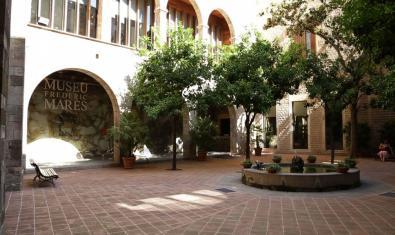 Al Pati del Museu Frederic Marès trobareu l'escultura amb guix en honor a Francesc Layret
