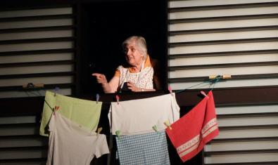Una vecina tiende la ropa en un momento de la representación de esta obra musical que fue filmada y que ahora se proyecta en el centro cívico