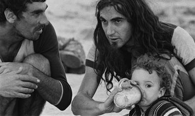 El cantante Pau Riba, a la derecha, con uno de sus hijos en una comuna en Formentera
