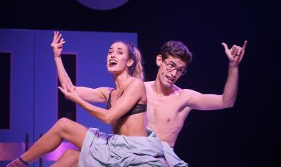 Júlia Bonjoch i Iñaki Mur en una escena de 'Pegados'