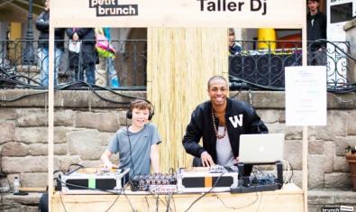 Nen posant música amb un DJ