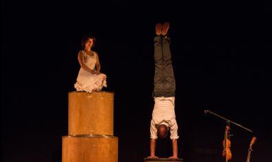 Els dos actors fent exercicis d'equilibris