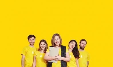 Els cinc protagonistes del muntatge en una fotografia que recorda una imatge publicitària d'una gran marca