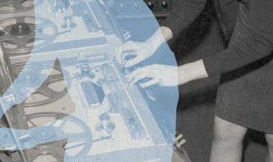 Una de les imatges de Júlia Rubio on es veu una dona manipulant un aparell electrònic